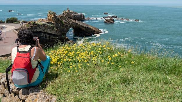 Photographe prenant une photo de l'océan