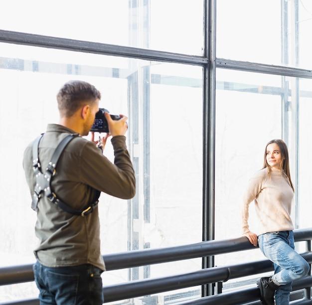 Photographe prenant des photos de modèle féminin