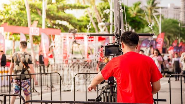 Un photographe prend un événement vidéo en plein air.