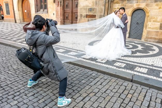 Le photographe prend des photos d'un couple de mariage