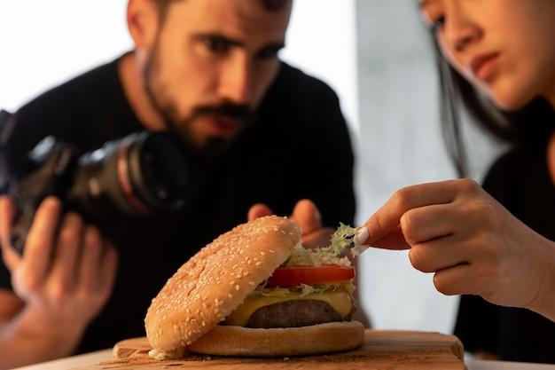 Photographe de produit avec appareil photo en studio