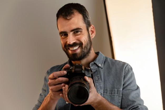 Photographe produit faisant son travail en studio