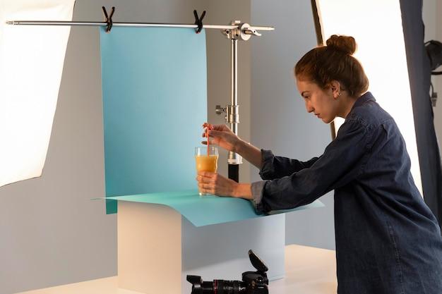 Photographe de produit féminin en studio