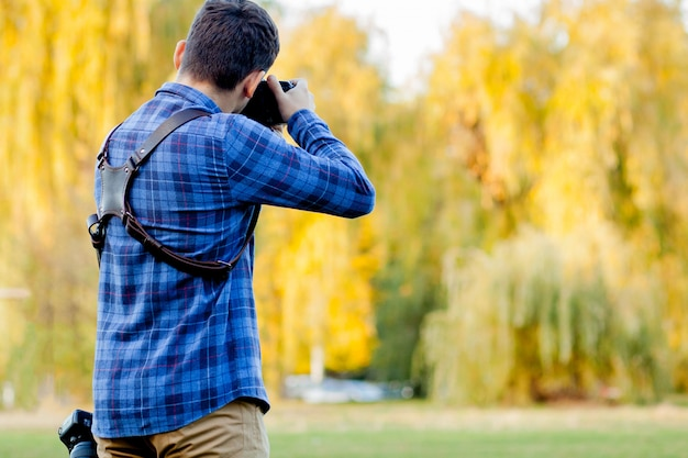 Photographe professionnel en action avec deux caméras sur une bandoulière