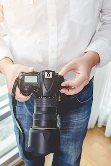 Le photographe professionnel ajuste l'appareil photo avant la prise de vue