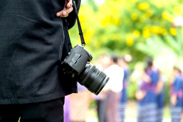 Photographe professionnel concentré et continue sa passion pour la photographie