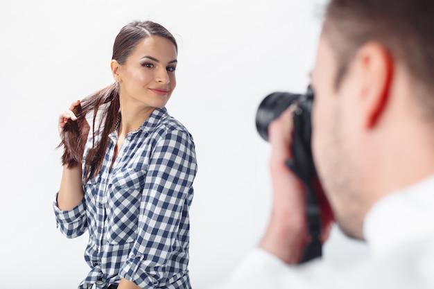 Photographe professionnel et modèle attrayant