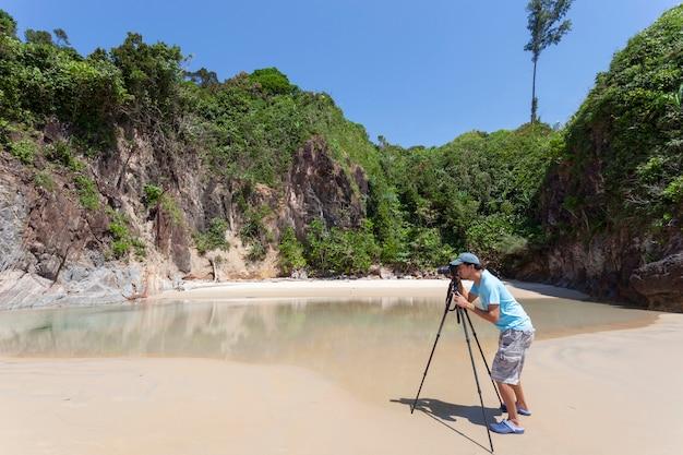 Photographe professionnel prenant une photo de paysage magnifique plage de la mer tropicale