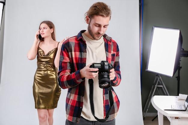 Photographe professionnel travaillant en studio