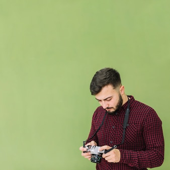 Photographe regardant la caméra
