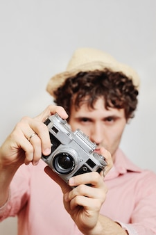 Le photographe regarde dans le viseur de l'appareil photo.