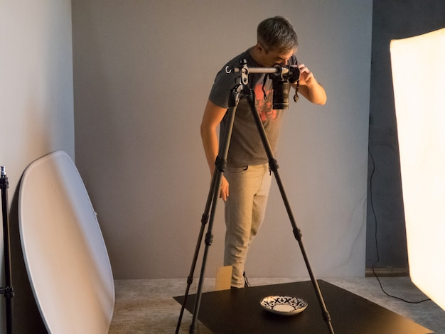 Le photographe remplit la commande en studio. photographie involontaire