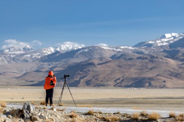 Photographe sur les rives du lac sacré nam-tso