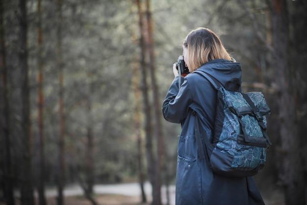 Photographe sans visage en forêt