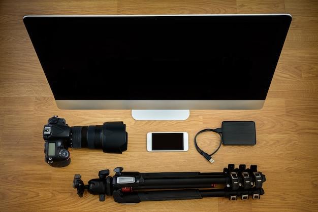 Photographe et scène de bureau avec appareils