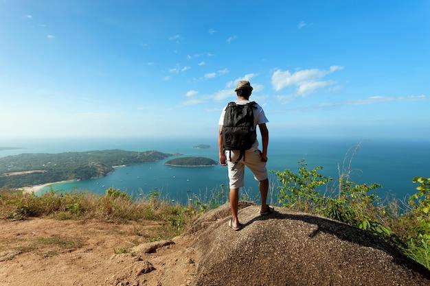 Photographe seul ou voyageur debout et pensant quelque chose
