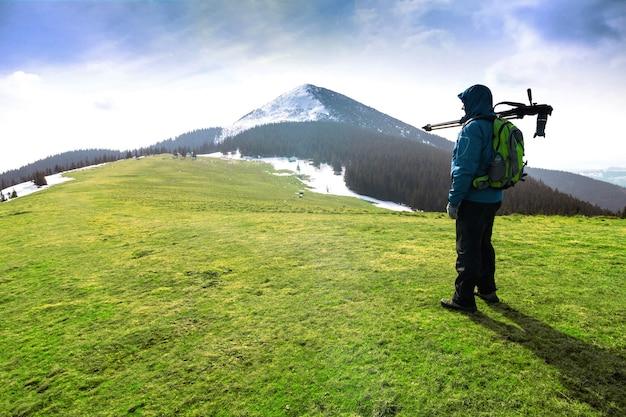 Photographe solitaire dans les montagnes