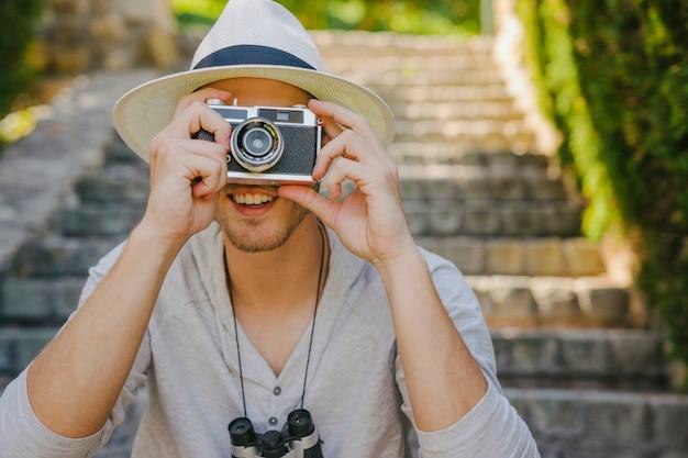Photographe souriant voyageant