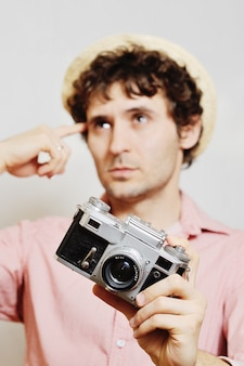 Photographe tenant une caméra et réfléchir à la composition