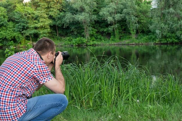 Le photographe tire près de la rivière