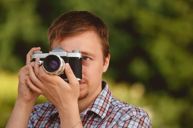 Photographe touristique avec appareil photo dans le parc