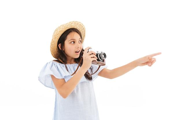 Photographe touristique fille isolé sur mur blanc