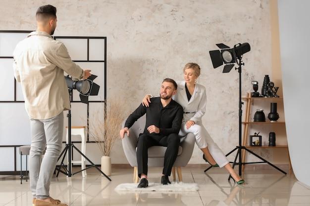 Photographe travaillant avec des modèles en studio