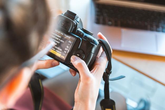 Photographe travaillant sur sa caméra dslr dans le café