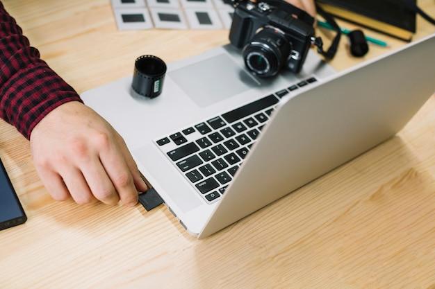 Photographe utilisant un ordinateur portable
