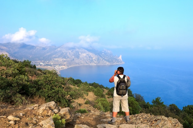 Photographe et voyageur photographie un magnifique paysage marin
