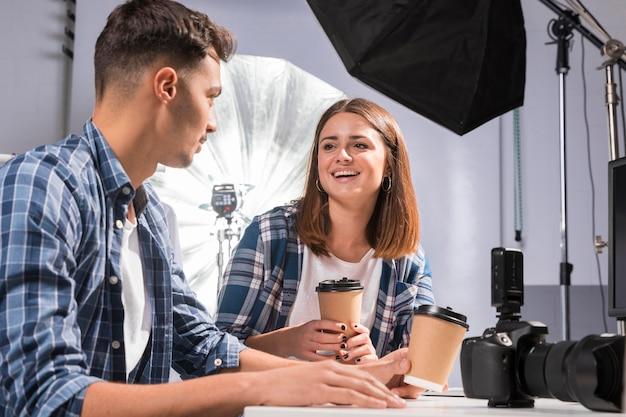 Photographes buvant une tasse de café