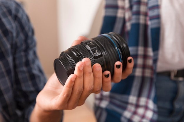 Photographes choisissant l'objectif pour gros plan de l'appareil photo