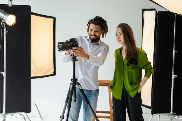 Photographes en plan moyen