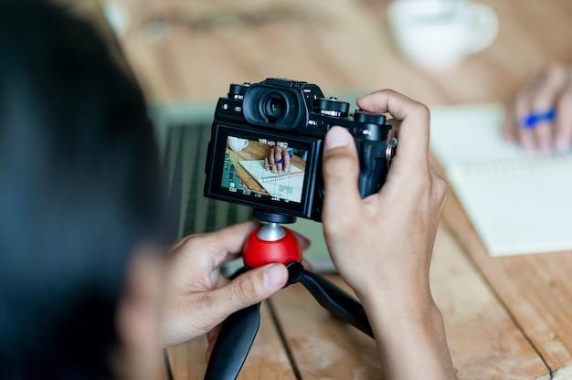 Des photographes pour les mains et les photographes prennent des photos. photographie de concept avec espace de copie