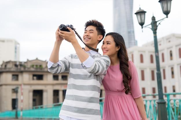 Photographes prenant des photos de bâtiments à saigon