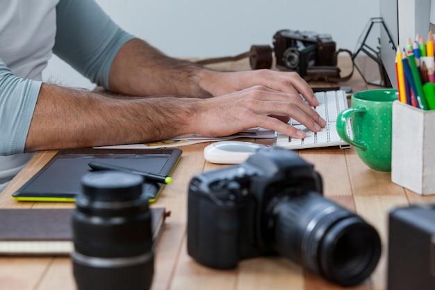Photographes travaillant au bureau