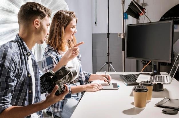 Photographes travaillant avec un écran vide