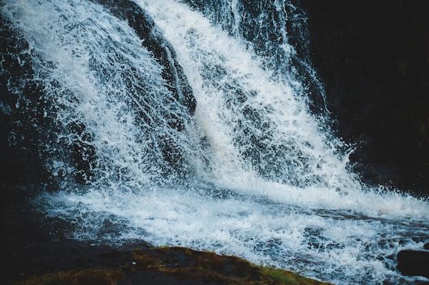 Photographie en accéléré d'une cascade qui coule