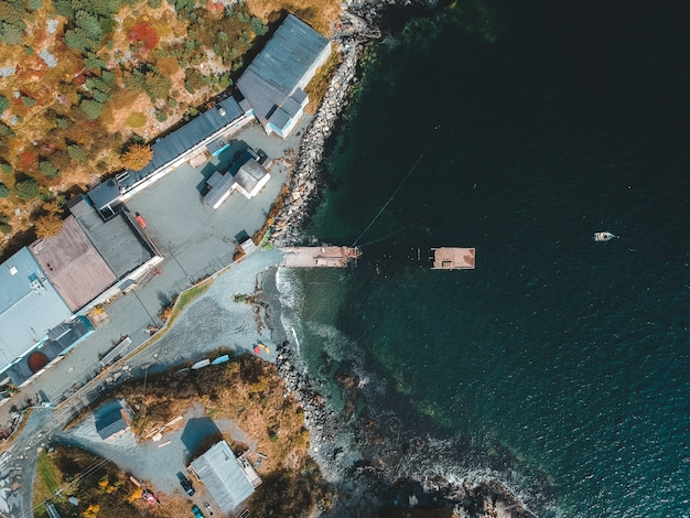 Photographie aérienne des bâtiments au bord de la mer pendant la journée
