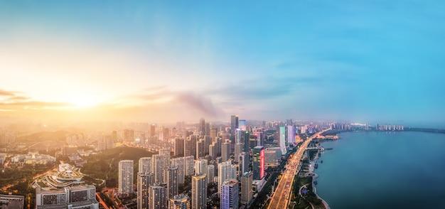 Photographie aérienne des bâtiments de la ville de la côte ouest de qingdaos la nuit