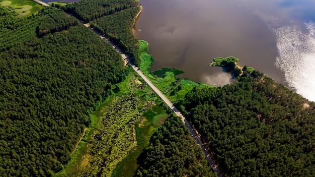 Photographie aérienne du lac forestier avec drone