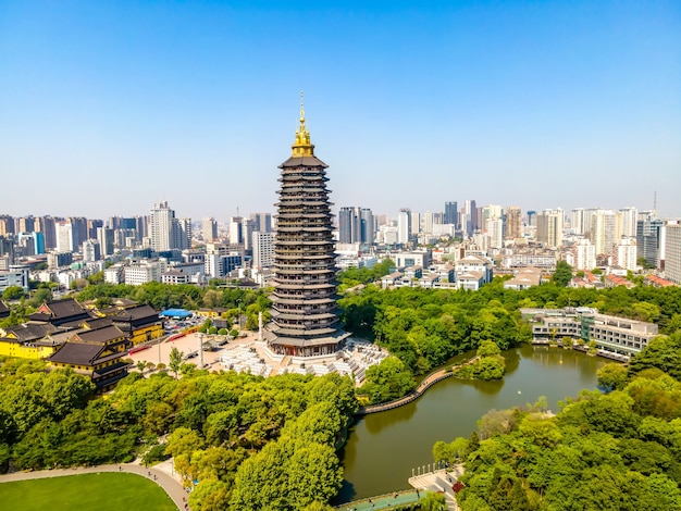 Photographie aérienne du parc changzhou hongmei et du temple tianning