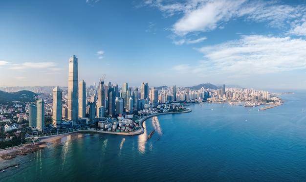 Photographie aérienne de l'horizon du paysage architectural de la baie de qingdao fushan