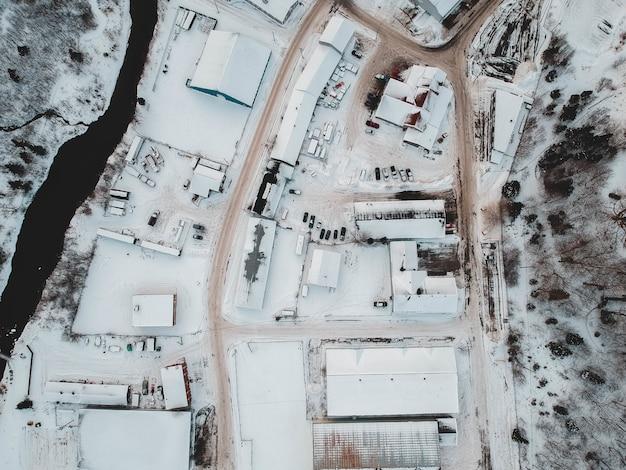 Photographie aérienne de maisons couvertes de neige
