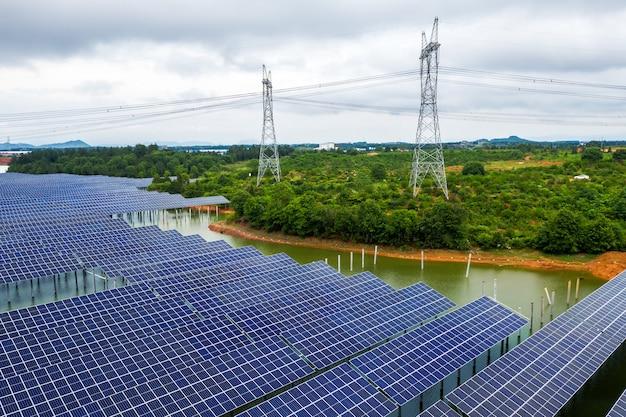 Photographie aérienne de panneaux photovoltaïques industriels à énergie nouvelle au coucher du soleil