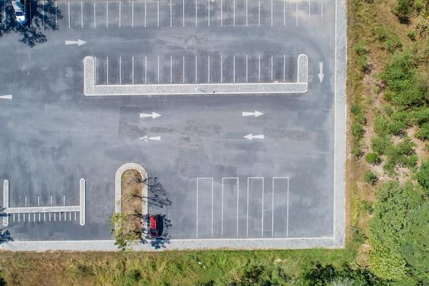 Photographie aérienne de places de parking avec beaucoup de voitures dans le parc.
