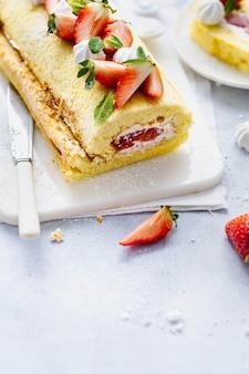 Photographie alimentaire du rouleau suisse aux fraises moelleuses