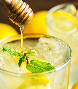 Photographie de boissons au miel et au soda