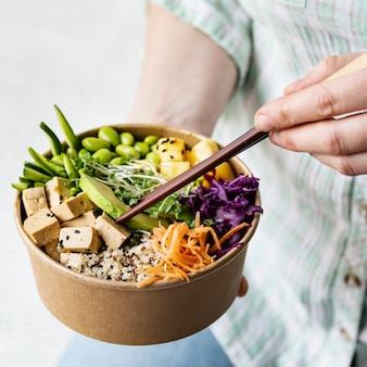 Photographie de bol de poke végétalien à emporter