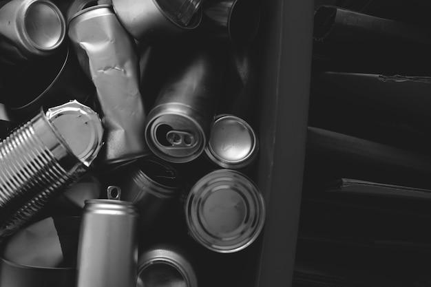 Photographie de campagne de recyclage noir et blanc de canettes usagées